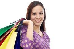 Εύθυμη ινδική γυναίκα με τις τσάντες αγορών Στοκ φωτογραφία με δικαίωμα ελεύθερης χρήσης