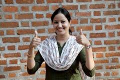 Εύθυμη ινδική γυναίκα με τους αντίχειρες επάνω στη χειρονομία Στοκ φωτογραφίες με δικαίωμα ελεύθερης χρήσης