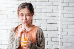 Εύθυμη και καλή ασιατική χαλάρωση γυναικών στο άνετα σπίτι και Drinki Στοκ Φωτογραφία