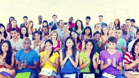 Εύθυμη κοινοτική έννοια ομάδας ποικιλομορφίας περιστασιακή στοκ εικόνα