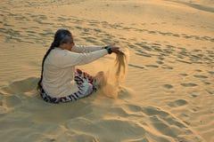 Εύθυμη κυρία στους αμμόλοφους άμμου Στοκ φωτογραφία με δικαίωμα ελεύθερης χρήσης