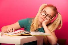 Εύθυμη μαθήτρια με δύο ουρές τρίχας και το μεγάλο eyeglasses sittin στοκ φωτογραφία με δικαίωμα ελεύθερης χρήσης
