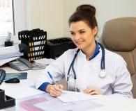 Εύθυμη νέα γυναίκα γιατρών στοκ φωτογραφίες