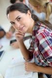 Εύθυμη νέα γυναίκα με τους συμμαθητές στοκ φωτογραφία με δικαίωμα ελεύθερης χρήσης