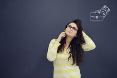 Εύθυμη νέα γυναίκα με το υπόβαθρο με το συρμένο επιχειρησιακά διάγραμμα, το βέλος και τα εικονίδια Στοκ Εικόνες