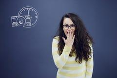 Εύθυμη νέα γυναίκα με το υπόβαθρο με το συρμένο επιχειρησιακά διάγραμμα, το βέλος και τα εικονίδια Στοκ Φωτογραφίες