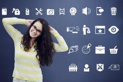 Εύθυμη νέα γυναίκα με το υπόβαθρο με το συρμένο επιχειρησιακά διάγραμμα, το βέλος και τα εικονίδια Στοκ εικόνες με δικαίωμα ελεύθερης χρήσης