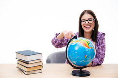 Εύθυμη νέα γυναίκα σπουδαστής που παρουσιάζει δάχτυλο στη σφαίρα Στοκ Εικόνα
