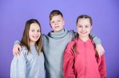 Εύθυμη νεολαία Σχέσεις και φιλία Ευτυχής να έχει τέτοιους καλούς φίλους Φίλοι Teens Αληθινή φιλία κοριτσιών και αγοριών στοκ φωτογραφία με δικαίωμα ελεύθερης χρήσης