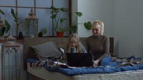 Εύθυμη οικογένεια που έχει την τηλεοπτική συνομιλία που χρησιμοποιεί το lap-top απόθεμα βίντεο