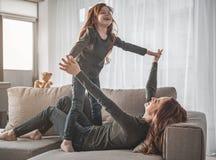 Εύθυμη οικογένεια που έχει τη διασκέδαση στο σπίτι Στοκ φωτογραφίες με δικαίωμα ελεύθερης χρήσης