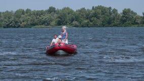 Εύθυμη οικογένεια που επιπλέει σε μια βάρκα στην ηλιόλουστη ημέρα απόθεμα βίντεο