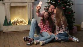 Εύθυμη οικογένεια που κάνει τα Χριστούγεννα selfie στο σπίτι φιλμ μικρού μήκους