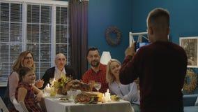 Εύθυμη οικογένεια που παίρνει τη φωτογραφία στις παραδοσιακές διακοπές απόθεμα βίντεο