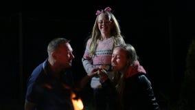 Εύθυμη οικογένεια που τρώει ψημένο marshmallow απόθεμα βίντεο