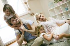 Εύθυμη οικογένεια στο σπίτι από κοινού Στοκ φωτογραφίες με δικαίωμα ελεύθερης χρήσης