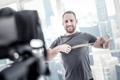 Εύθυμη ομοφυλοφιλική αρσενική καθορίζοντας πρόοδος blogger στοκ φωτογραφία με δικαίωμα ελεύθερης χρήσης