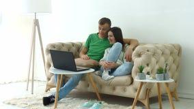Εύθυμη ροή ζευγών τηλεοπτική on-line στο lap-top απόθεμα βίντεο