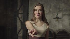 Εύθυμη σαγηνευτική γυναίκα που προσκαλεί για να έρθει απόθεμα βίντεο