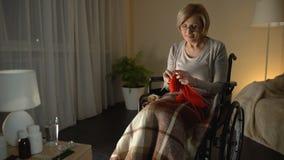 Εύθυμη συνεδρίαση ηλικιωμένων γυναικών στην αναπηρική καρέκλα πλέκοντας μαντίλι, που φροντίζει τα παιδιά απόθεμα βίντεο