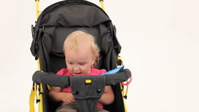 Εύθυμη συνεδρίαση μικρών κοριτσιών στο καροτσάκι και παιχνίδι φιλμ μικρού μήκους