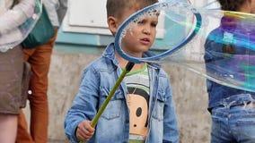 Εύθυμη φυσαλίδα σαπουνιών μικρών παιδιών τεράστια απόθεμα βίντεο