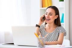Εύθυμη χαμογελώντας γυναίκα που μιλά στο τηλέφωνο κυττάρων Στοκ Φωτογραφίες