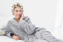 Εύθυμη χαλαρωμένη ξανθή γυναίκα στα ρόλερ τρίχας που καλούν με το κινητό τηλέφωνό της Στοκ εικόνες με δικαίωμα ελεύθερης χρήσης