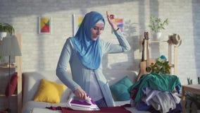 Εύθυμη χορεύοντας νοικοκυρά γυναικών πορτρέτου όμορφη μουσουλμανική απόθεμα βίντεο