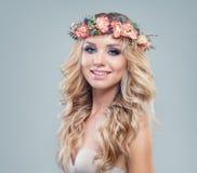 Εύθυμη όμορφη γυναίκα με τα λουλούδια ανοίξεων στοκ εικόνες με δικαίωμα ελεύθερης χρήσης