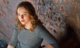 Εύθυμη όμορφη νέα γυναίκα Στοκ Εικόνες