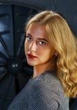 Εύθυμη όμορφη νέα γυναίκα Στοκ Φωτογραφία