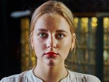 Εύθυμη όμορφη νέα γυναίκα Στοκ εικόνες με δικαίωμα ελεύθερης χρήσης