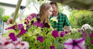 Εύθυμοι άνδρας και γυναίκα στον κήπο απόθεμα βίντεο