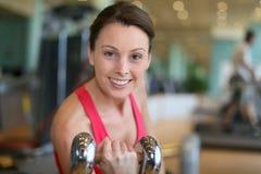 Εύθυμοι αθλητικοί ανυψωτικοί αλτήρες γυναικών σε ένα κέντρο ικανότητας Στοκ φωτογραφία με δικαίωμα ελεύθερης χρήσης