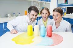 Εύθυμοι επιστήμονες δασκάλων και σπουδαστών κοριτσιών που κάνουν το πείραμα στο εργαστήριο στοκ εικόνα με δικαίωμα ελεύθερης χρήσης