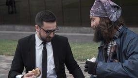 Εύθυμοι επιχειρηματίας και άστεγοι φιλμ μικρού μήκους