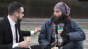 Εύθυμοι επιχειρηματίας και άστεγοι απόθεμα βίντεο