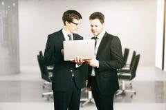 Εύθυμοι επιχειρηματίες με το lap-top Στοκ εικόνες με δικαίωμα ελεύθερης χρήσης