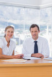 Εύθυμοι επιχειρηματίες που θέτουν από κοινού Στοκ εικόνα με δικαίωμα ελεύθερης χρήσης