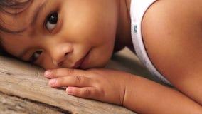 Εύθυμοι ερπυσμοί μικρών παιδιών στο κούτσουρο απόθεμα βίντεο