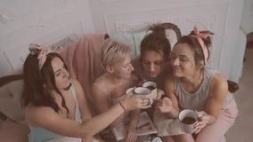 Εύθυμοι θηλυκοί φίλοι που κάνουν το κόμμα πυτζαμών απόθεμα βίντεο