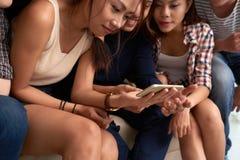 Εύθυμοι νέοι με το smartphone στοκ φωτογραφίες με δικαίωμα ελεύθερης χρήσης