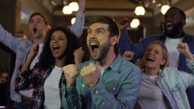 Εύθυμοι νέοι που χαίρονται τη νίκη ομάδων, επαγγελματικό επίτευγμα ομάδων απόθεμα βίντεο