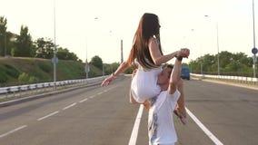Εύθυμοι νέοι που χορεύουν σε έναν κενό δρόμο απόθεμα βίντεο