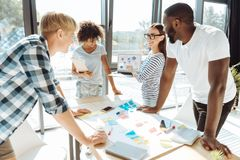 Εύθυμοι νέοι συνάδελφοι που εργάζονται στο επιχειρησιακό πρόγραμμά τους Στοκ εικόνα με δικαίωμα ελεύθερης χρήσης
