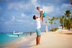 Εύθυμοι πατέρας και γιος που έχουν τη διασκέδαση στην τροπική παραλία Στοκ φωτογραφίες με δικαίωμα ελεύθερης χρήσης