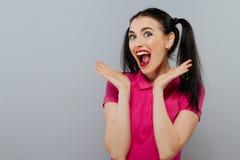Εύθυμοι πρόσωπο και χορός κοριτσιών μόδας πηγαίνοντας τρελλοί κάνοντας αστείοι Μπλε ανασκόπηση χρώματος Ύφος Hipster Στοκ Εικόνες