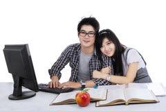 Εύθυμοι σπουδαστές που μελετούν από κοινού Στοκ Φωτογραφία