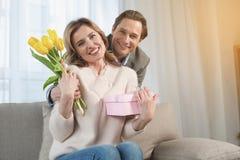 Εύθυμοι σύζυγος και σύζυγος με το παρόν στοκ φωτογραφία με δικαίωμα ελεύθερης χρήσης